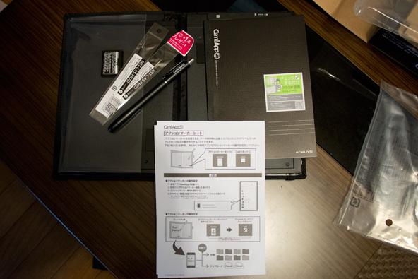 CamiApp S ノートタイプの同梱物、専用のボールペンやノート、バッテリーなど。