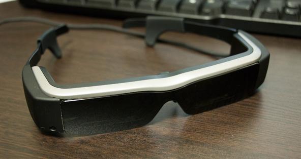 このサングラスのようなものをかけて電源を入れると、目の前に大画面が広がります。