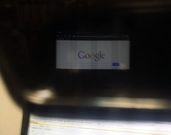 スマートグラスに映っているGoogleの画面。