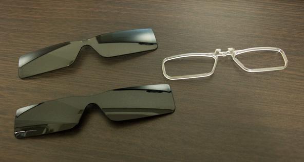 2種類の濃さのグラスとメガネ用アタッチメント。
