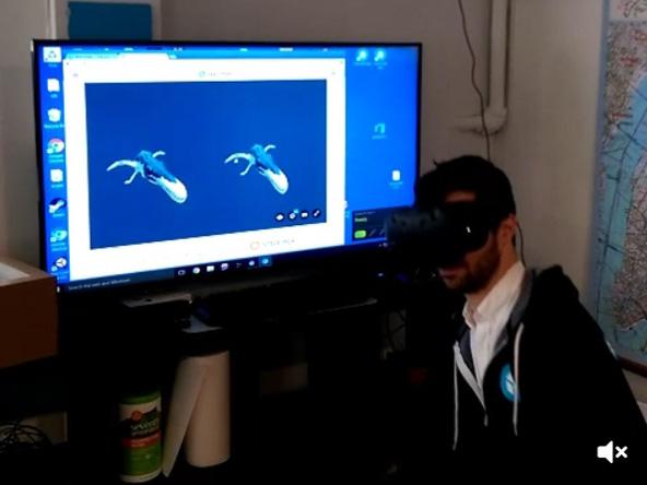 VRゴーグルを使って3Dギャラリーを見ているところ。